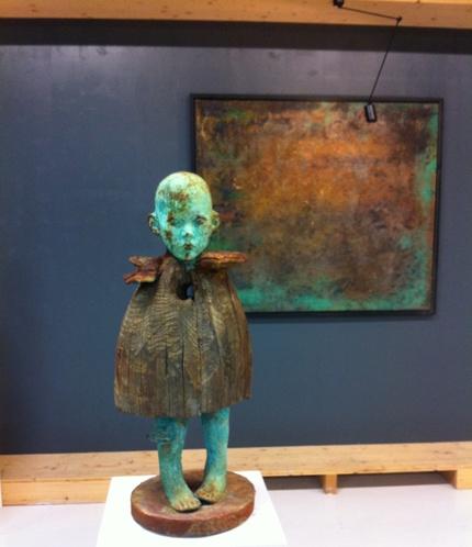 Kind mit Holzkleid