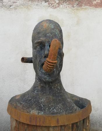 Mann mit Rohren